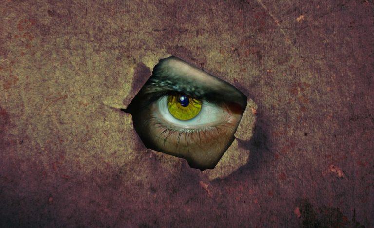 壁の穴から覗く眼の画像