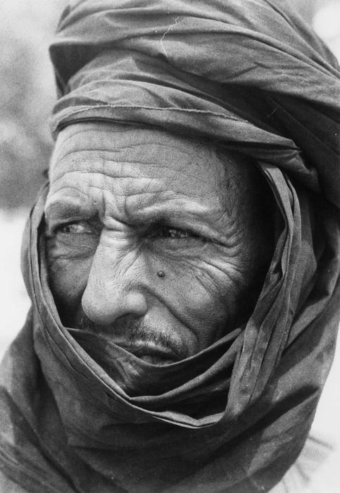 中東風の老人の白黒写真