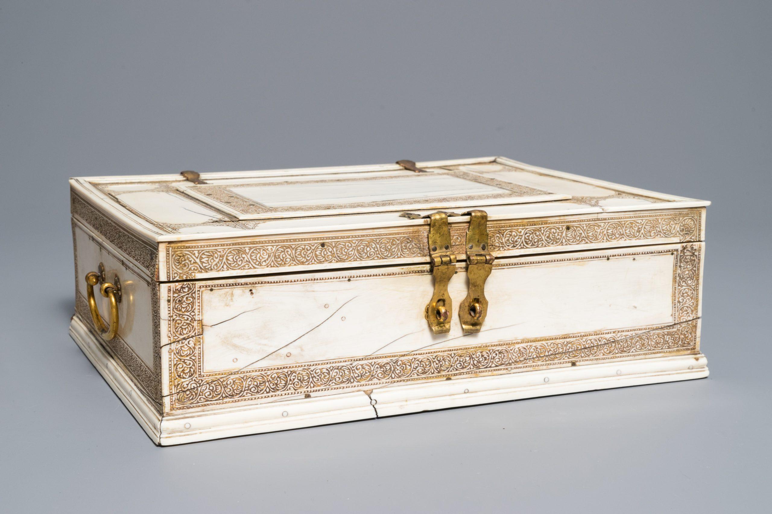飾りが施された長方形の小箱